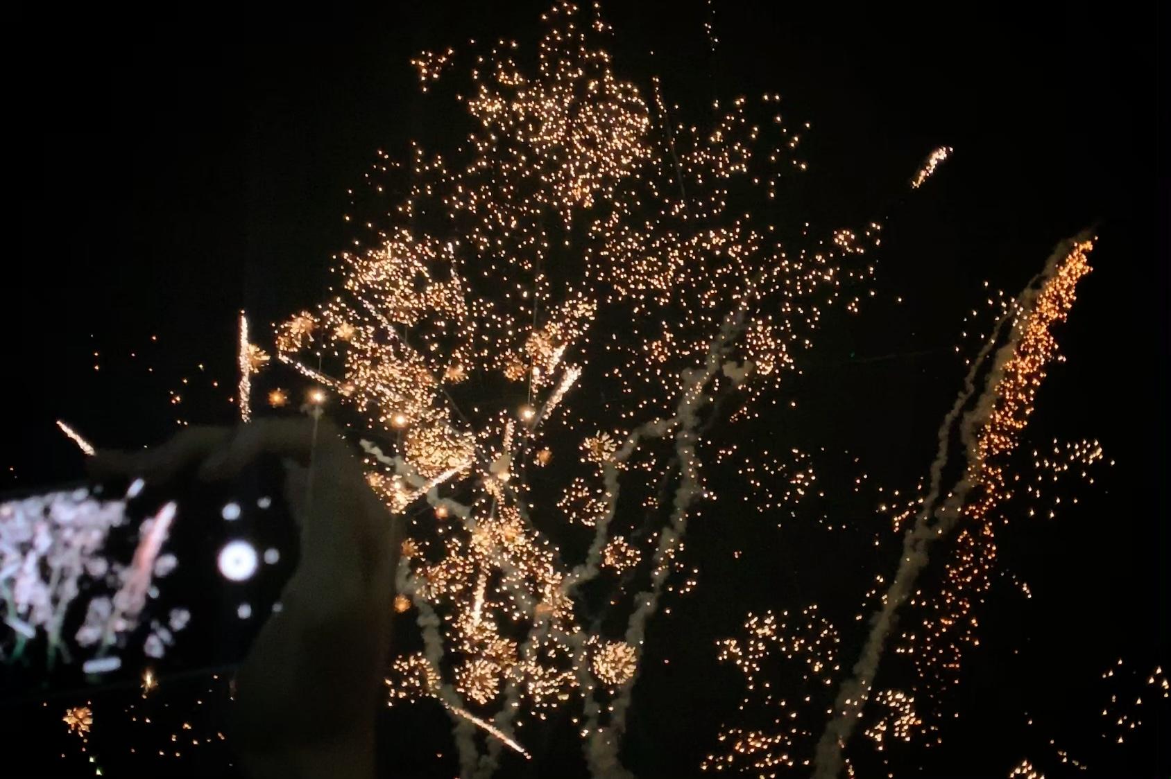 익들아 나 폰으로 불꽃놀이(Remember me)처음으로 찍어봤는데 잘 찍었지?!? 헤헿ㅎ | 인스티즈