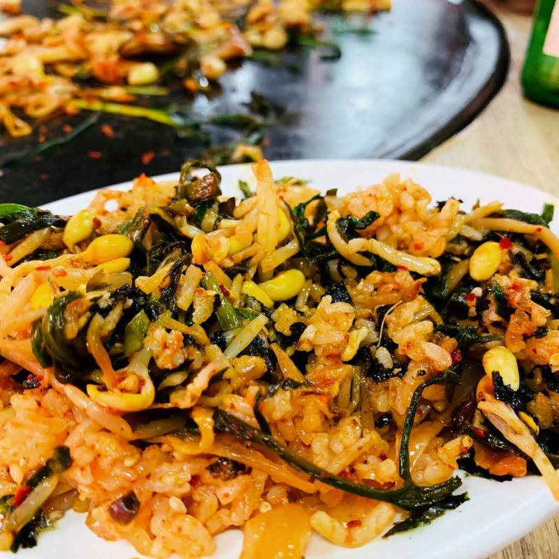 초대형 불판에 고기 구워서 급식판에 받아먹는다는 삼겹살집.......jpg | 인스티즈