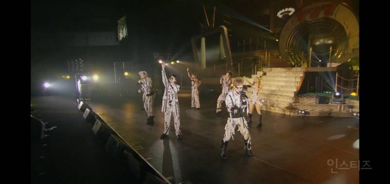 콘서트 의상을 신문지로 만든 것 같은 일본 그룹 | 인스티즈