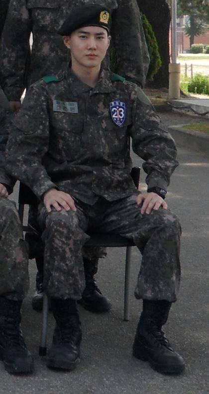 엑소 수호, 군복도 찰떡소화..신병교육대서 '중대장 훈련병' 됐다 | 인스티즈