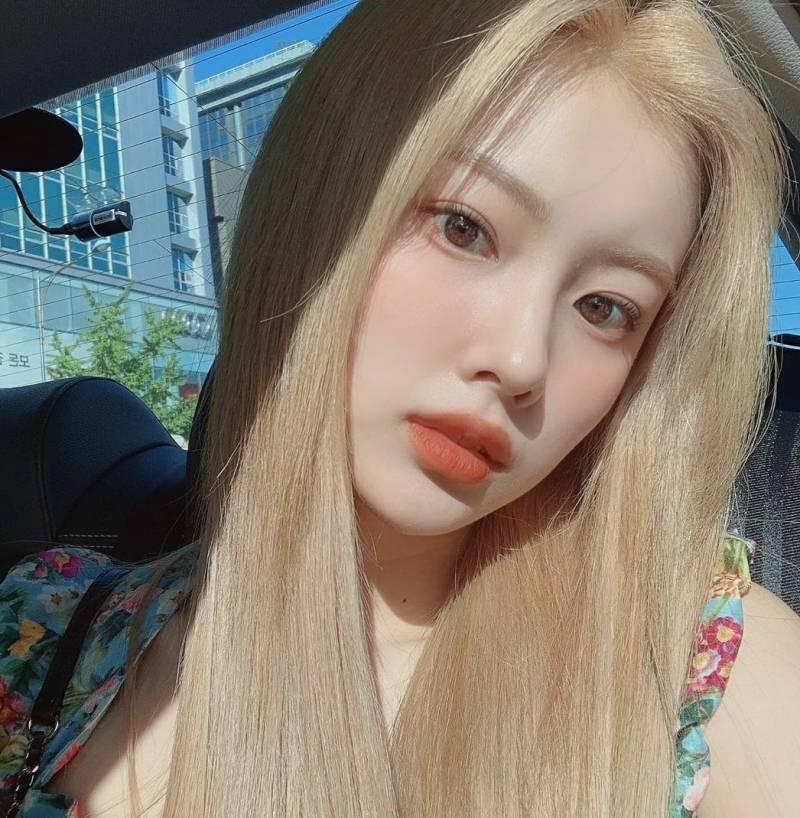 강혜원 이 사진에서 립이랑 블러셔 뭘까 | 인스티즈
