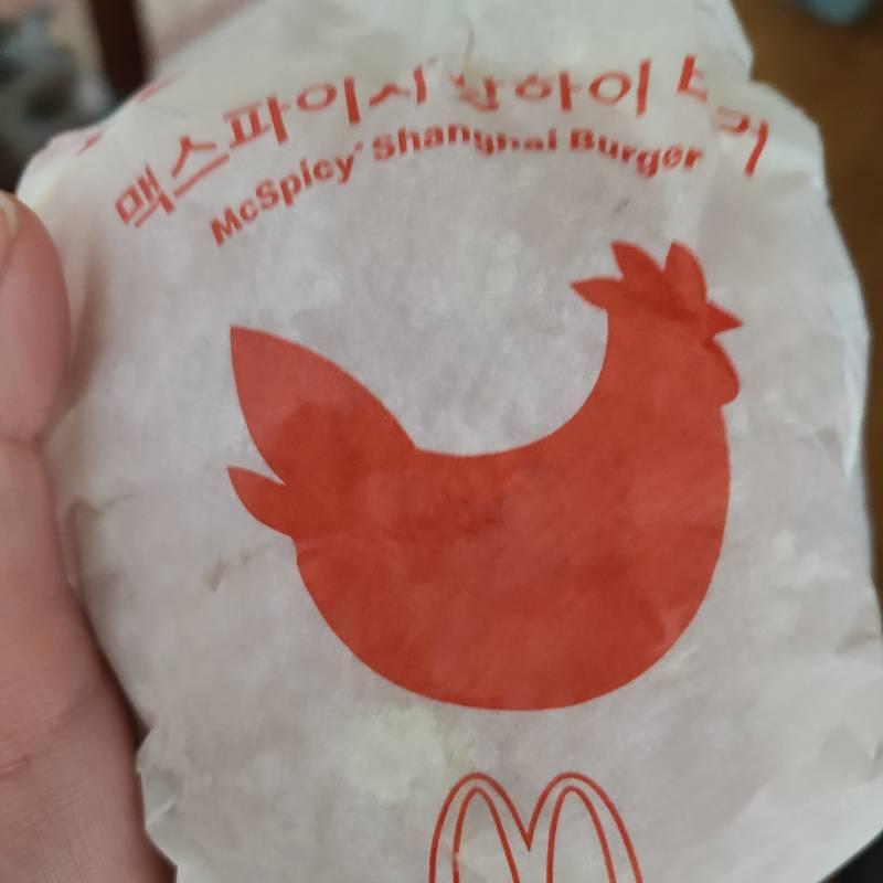 맥도낳드 상하이 스파이시 버거 원래 은색 종이 포장 아니야??? | 인스티즈