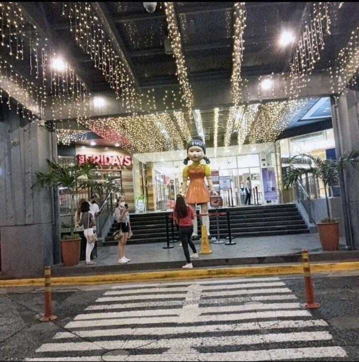 """헐 ㅋㅋㅋ 필리핀 쇼핑몰 앞에 """"무궁화 꽃이 피었습니다"""" 인형이래   인스티즈"""