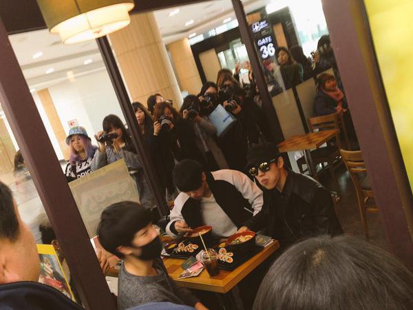 아이돌들 공항 내부에서 사진찍히는 모습.jpg | 인스티즈