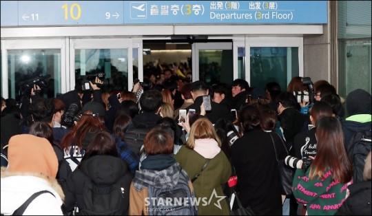 공항 문 뿌신 워너원 팬들 JPG | 인스티즈