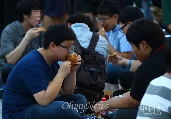 단식 하는 세월호 유가족들 앞에서 폭식투쟁하는 일베 | 인스티즈