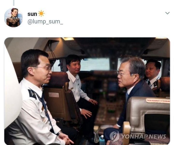문재인 대통령은 이날 서울공항에 도착한 직후 공군1호기 조종석을 직접 찾아 박 기장을 위로했다 | 인스티즈