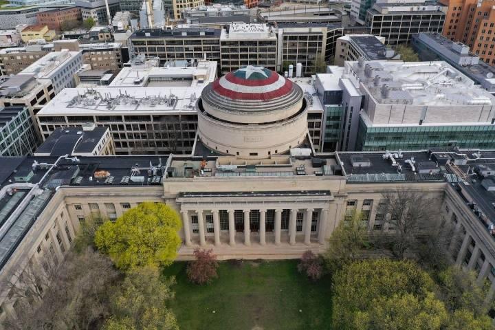 MIT 장난꾸러기 학생들이 어벤져스 영화 기념해서 지붕을 캡틴 아메리카 방패 모양으로 바꿔버림   인스티즈