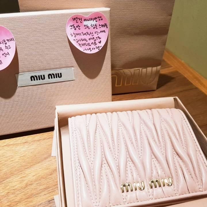 자기 메이크업 스탭에게 가방 선물한 트와이스 나연,모모,사나,채영 | 인스티즈