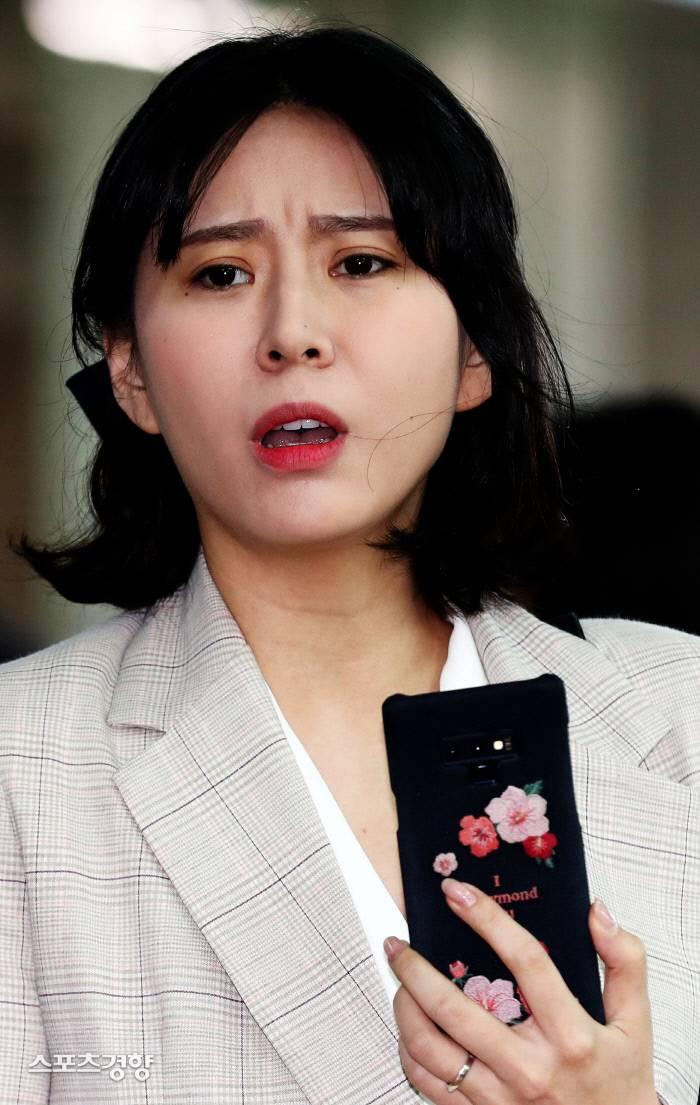 경찰, '사기 모금 논란' 윤지오 계좌 압수수색…후원금 규모 1억원대 추정   인스티즈