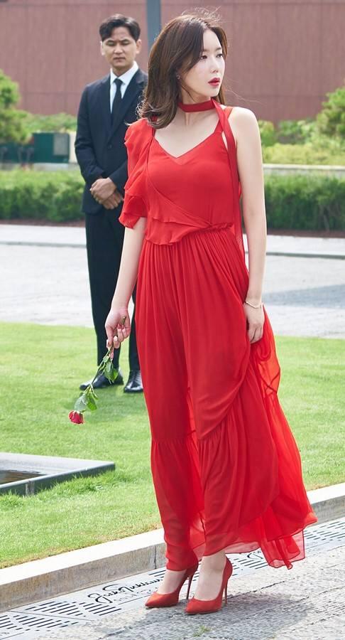 [우아한가] 장례식장에 빨간드레스 입고 빨간 장미 헌화하는 여주인공.jpgif | 인스티즈