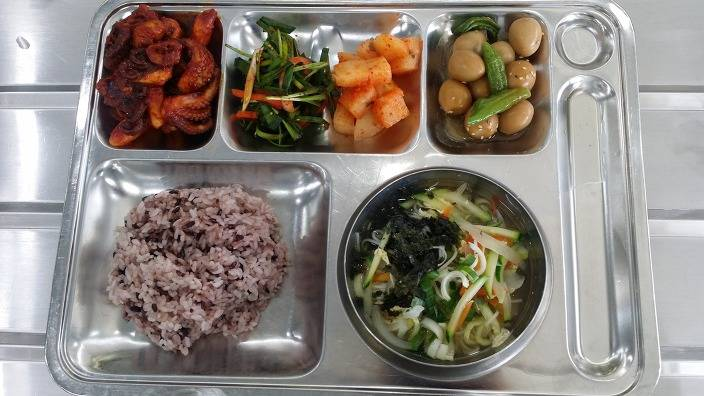 급식에 국수랑 밥이 같이 나오는 이유...jpg | 인스티즈