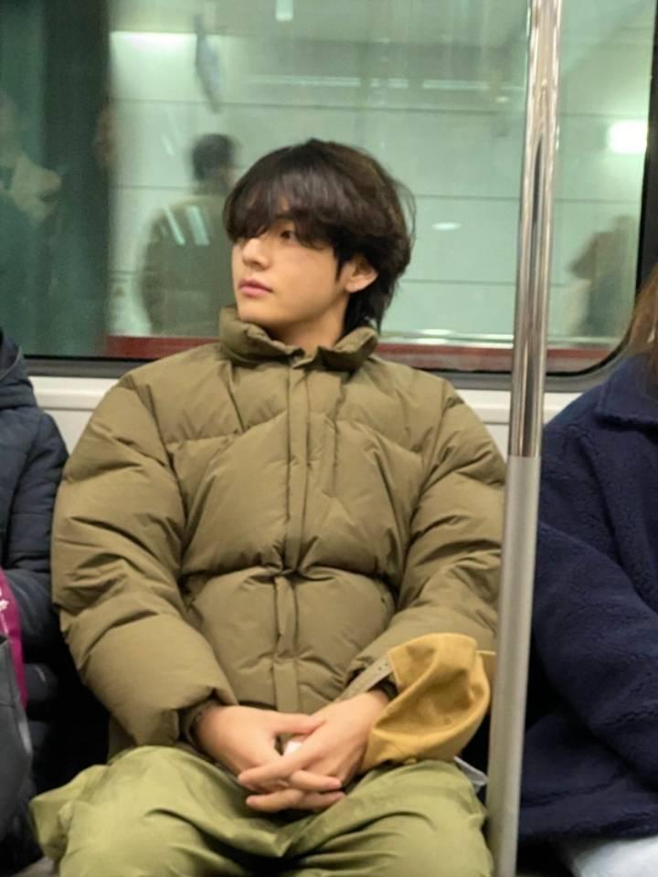 한국 지하철을 탄 방탄소년단 뷔 .jpg | 인스티즈