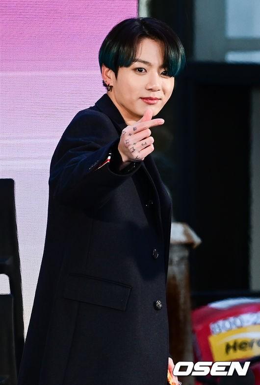 """""""역시 BTS"""" 美 뉴스, 방탄소년단 정국 졸업사진 방송사고..해외팬 '결집' [종합]   인스티즈"""