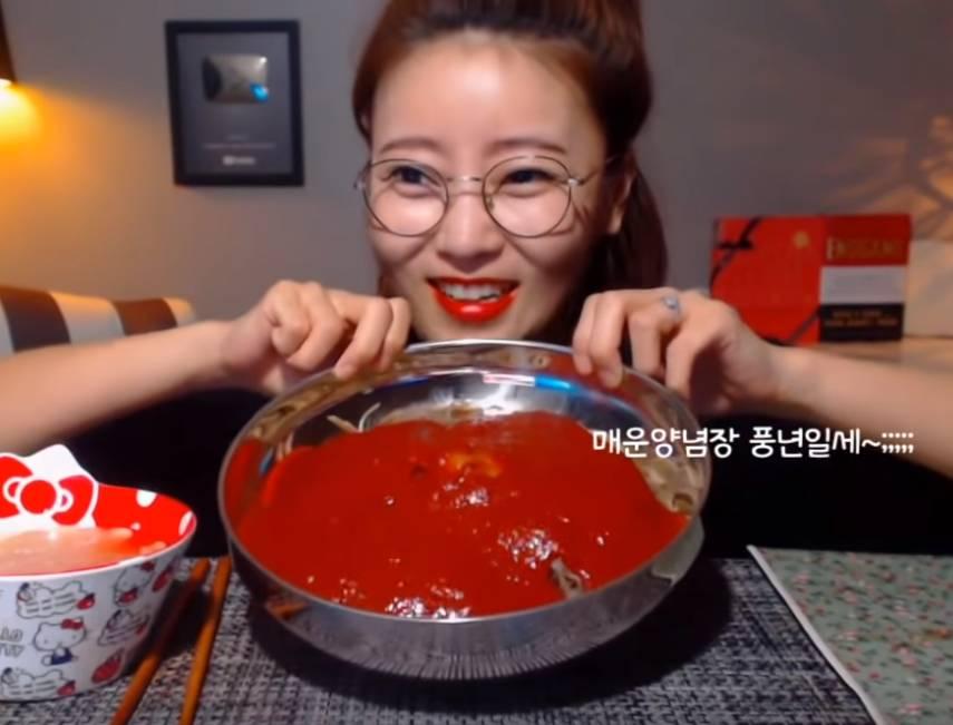 유투브에 중국당면을 유행시킨 먹방 유투버 | 인스티즈
