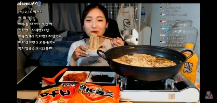 라면을 4봉지 이상 먹는 콘텐츠로 방송했던 먹방 유튜버   인스티즈