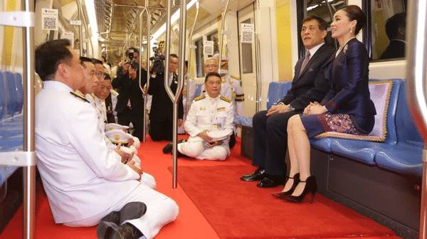 최근 지하철 타고 '민심 달래기' 나선 태국 국왕과 왕비 | 인스티즈