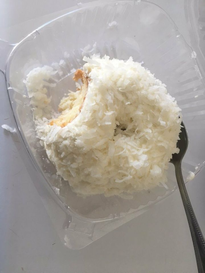 톰크루즈가 선물로 돌려서 유명해진 코코넛 케이크.jpg   인스티즈