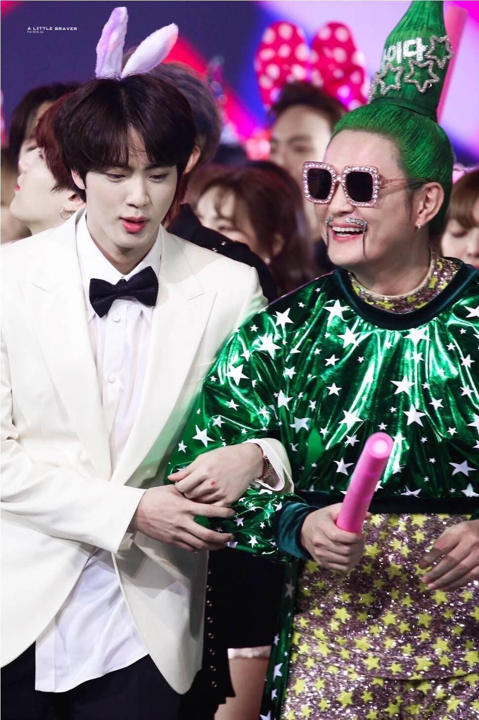 BTS 진, 연말 음악프로에서 동료 가수에게 다정하게 팔짱끼는 모습에 해외팬들 궁금증 폭발 | 인스티즈