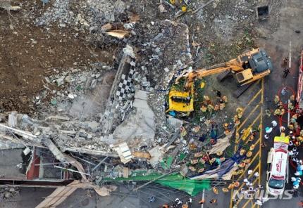 철거물 붕괴 참사 고2 희생자 찾은 교복 조문객 '침통' | 인스티즈
