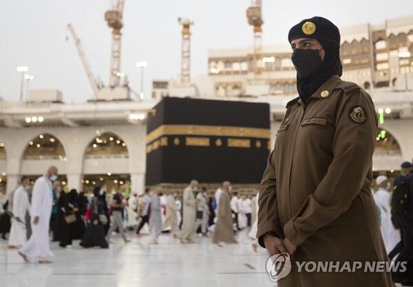 보수 국가 사우디, 이슬람 사원에 여성 보안요원 허용 | 인스티즈